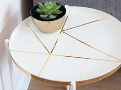 Modern geometric patterns meet the timeless gold-white combination – it always works. Patterned Furniture, Painted Furniture, Geometric Side Table, Painted Side Tables, Table Frame, Diy Décoration, Summer Garden, Upcycled Furniture, Picture Frames