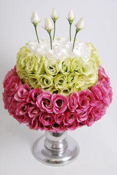 Mijn juf verdient een taart! Haha! En een bloemetje tegelijk :) Gemaakt van lisianthus. Prachtig!