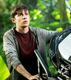 All the pictures, facts and info you need on Nick Robinson aka Zach from 'Jurassic World'. Nick Robinson Jurassic World, Jurassic World 2015, Jurassic World Dinosaurs, Love Simon Movie, Amor Simon, The 5th Wave, Karen, Fantasy, Teen