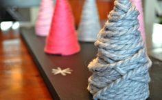des mini-sapins de Noël originaux en carton et fil textile coloré