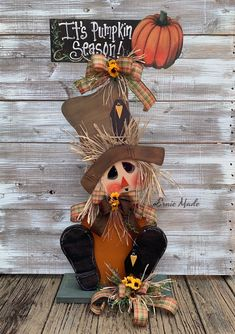 Scarecrow Centerpiece fall centerpiece Scarecrow wreath Fall decoration Pumpkin sign Thanksgiving decor Scarecrow Farmhouse sign by ErnieMade on Etsy Halloween Crafts To Sell, Halloween Porch, Fall Crafts, Fall Halloween, Halloween Scarecrow, Halloween Halloween, Vintage Halloween, Halloween Makeup, Halloween Costumes