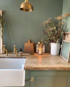 Farrow And Ball Living Room, Farrow And Ball Kitchen, Living Room Green, Green Kitchen Walls, Kitchen Wall Colors, Kitchen Tiles, Kitchen Wall Design, Room Wall Colors, Green Paint Colors