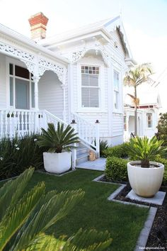 🌟Tante S!fr@ loves this📌🌟Garry Cullen of Ardmore Architects chose an elegant scheme for his own classic villa, using Resene Sea Fog on the weatherboards and Resene White for the trim. Exterior Paint Colors For House, Paint Colors For Home, Exterior Colors, House Colors, Exterior Design, Paint Colours, Modern Exterior, Interior And Exterior, Stucco Exterior