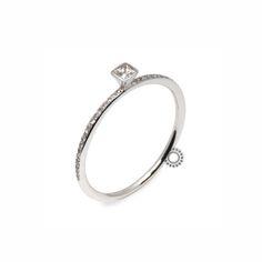 Ένα πολύ διακριτικό & όμορφο μονόπετρο δαχτυλίδι λευκόχρυσο Κ18 με κεντρικό διαμάντι καρέ (princess) & μικρά Brilliants στη γάμπα του δαχτυλιδιού. Κοσμηματοπωλείο ΤΣΑΛΔΑΡΗΣ #μονόπετρο #διαμάντι #δαχτυλίδι #ring