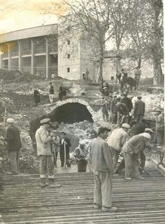 1959.Dolmabahce de yol calismalari yapolitken ortaya gikan tunel.eskiden stadin oldugu yerde saray ahirlari varmis buyuk ir ihtimal o ajitlara hiden tunel...ya da sarayin hava alipnrutubrt almasini onlemek ivin yapilan tunel...