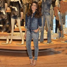 """""""All jeans for today's event! ✌️ Look total jeans da @shoulderoficial pro evento de hoje! Tô apaixonada nessa calça moletom, vou usar tanto que vcs vão…"""""""