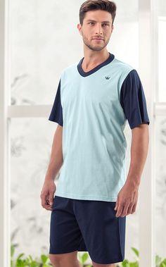 STEVE. Conjunto de Meia malha 100% Algodão composto por blusa de gola V com mangas e gola com combinação e coroa masculina bordada, fazendo par com bermuda.