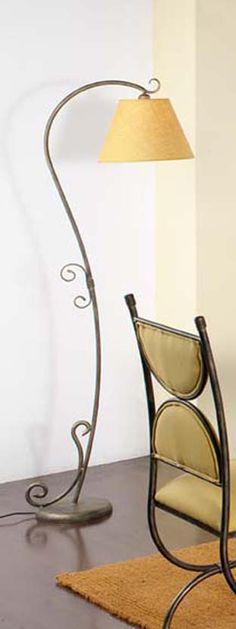 Lámpara de pie en forja Munda, se puede cambiar el color de la forja, así como la pantallas.