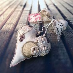 Srdíčko+hodiny+Šité+srdíčko+sramínkem+z+drátu,+mašlí,+šitými+a+háčkovanými+květy,+ručním+nápisem,+..výška+závěsu30+cm. Pillows, Christmas Ornaments, Holiday Decor, Mini, Hearts, Wedding, Valentines Day Weddings, Christmas Jewelry, Cushions