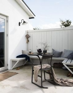 Scandinavian design of terrace - How to get the Scandi style! - Outdoor area with Floor, built-in and Scandinavian chair - Outdoor Furniture Sets, Balcony Furniture, Decor, Outdoor Inspirations, House, Home, Interior, Outdoor Living Areas, Modern Outdoor Spaces