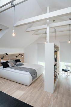 chambre a coucher style scandinave, sol en parquet clair, tapis noir, plafond sous pente