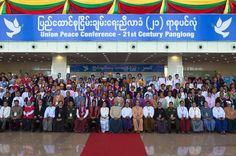 Myanmar's de facto leader Aung San Suu Kyi (Centre L), UN Secretary Ban ki-Moon and ethnic rebel leaders gathered for the peace talks (AFP Photo/Romeo Gacad)