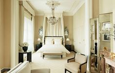 Coco Chanel was intimately linked to the Ritz Paris and she decorated her Suite herself. In her world, luxury is all grace and refinement, a reflection of her love for Asian lacquer, gilded mirrors and the pairing of black with white. The Ritz Paris became her home.