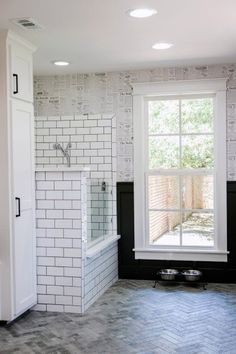 Fixer Upper: A First Home for Avid Dog Lovers Chip and Joanna Gaines help create an ideal forever home for a young couple and their canine family Fixer Upper, Chip Et Joanna Gaines, Veranda Design, Dog Washing Station, Dog Spaces, Ideas Hogar, Dog Rooms, Room Paint Colors, Dog Shower