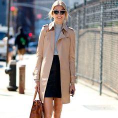 Looks com trench coat e sapatos esportivos.
