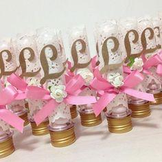 Los dulces, caramelos y chocolates son una excelente opción para obsequiar como recuerdo o souvenir en un baby shower. La gran diversidad de recipientes y materiales nos permite crear lindos detalles para nuestras invitadas sin invertir demasiado tiempo y dinero. Mira nuestras sugerencias: Los tubos de ensayo plásticos son una excelente idea para llenarlos con …