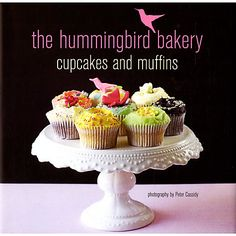 The Hummingbird Bakery is the destination bakery for Londoners with a passion for great cakes. This book shares the bakery chefs' recipes for a range of deliciously light cupcakes with pretty buttercream frosting and muffins in a variety of flavours. Hummingbird Cupcakes, Hummingbird Bakery, Notting Hill, Vanilla Cupcakes, Mini Cupcakes, Soho, Baking Organization, Coffee Buttercream, Buttercream Frosting