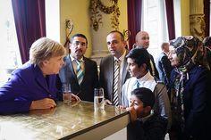 WEBSTA @ bundeskanzlerin - Bundeskanzlerin Angela #Merkel mit der Familie des Imam, dessen Moschee in Dresden Ziel eines Sprengstoffanschlags war.