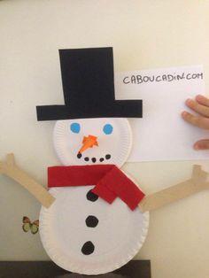 un bonhomme de neige avec des assiettes en carton #noel #assiette #carton #bricolage #maternelle