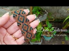 Dede Tutoriais | Como fazer um bracelete #163 - YouTube Micro Macrame Tutorial, Macrame Jewelry Tutorial, Macrame Bracelet Patterns, Macrame Bracelet Tutorial, Macrame Patterns, Macrame Bracelets, Loom Bracelets, Paracord, Chevron Friendship Bracelets