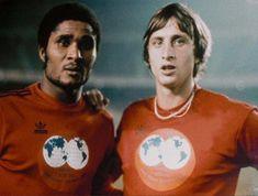 Eusebio & Johan Cruyff 1975 Pure Football, English Football League, Football Icon, Best Football Players, Retro Football, School Football, Football Kits, Vintage Football, Football Cards