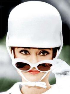"""Vogue Beauty: Ispirazione anni '60  Mascara girls, eyeliner muses: il trucco degli anni '60 ha sempre avuto lo sguardo come protagonista. Un make up """"tutto occhi"""" senza tempo, dalla Factory a oggi."""