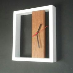diy clock Relógio em madeira pinus e cedrinho Wall Clock Wooden, Wood Clocks, Wooden Art, Wooden Crafts, Diy Clock, Clock Decor, Driftwood Wall Art, Small Wood Projects, Wall Clock Design