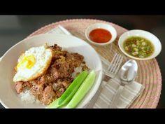 : ข้าวหมูกระเทียม (Fried Sliced Pork with Garlic) Beef Massaman Curry, Thai Street Food, Food Decoration, Thai Recipes, Food Videos, Fries, Garlic, Pork, Meat