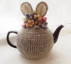 Intro: How to Knit a 'proper' English Tea Cosy!Americans don't know what a tea cosy is! Crochet Cup Cozy, Crochet Box, Crochet Motifs, Crochet Bunny, Crochet Yarn, Hand Crochet, Crochet Shawl Diagram, Teapot Cover, Crotchet Patterns