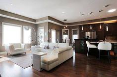 Salotto open space con parquet e divani bianchi interior design