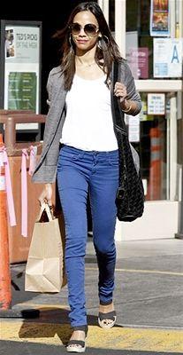 Zoe Saldana, grey sweater, black bag, white tee, black wedges, blue jeans ☑️