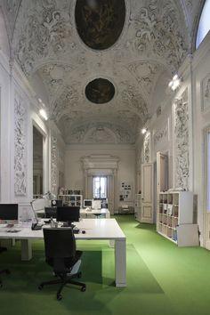 Design room with stuccowork ceiling and three great rows of desks made from white gloss lacquered wood #interdema #designstudio #moderndesign #GiraldiAssociati #StudioGAA #современныйдизайн