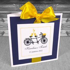 Zaproszenia z rowerem - Zaproszenia Rower 5- z żółtą wstążką i granatem Zaproszenia ślubne z rowerem. Wstążka żółta. Oryginalne, na wesoło, z humorem.