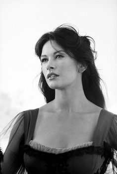 Catherine Zeta Jones behind the scenes of in The Mask of Zorro by Greg Williams. (via The Mask of Zorro Catherine Zeta Jones, Beautiful Celebrities, Beautiful Actresses, Beautiful Women, Divas, The Mask Of Zorro, Greg Williams, Foto Top, Photo Portrait
