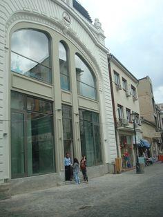 old town, Lipscani 55. Aceasta Clădire de pe Lipscani 55 a fost construită în 1860 și a fost cumpărată de Nicolas Chrissoveloni la începutul anilor 1900. Aici a înființat banca Chrissoveloni, una dintre cele mai importante instituții de credit din această perioadă, care a funcționat până în 1948, când comuniștii au preluat spațiul
