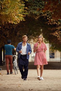 Villanelle in a red patterned Miu Miu wrap dress on Killing Eve season 1 You are in the right place about REd dress bridesmaid Here we offer you the m Sheer Sleeve Dress, Dresses With Sleeves, Style Cool, My Style, Popsugar, Tv Mode, Eve Best, Cooler Stil, Jodie Comer
