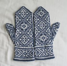 Ravelry: Egyptian Mittens pattern by Tuulia Salmela Mittens Pattern, Knit Mittens, Knitted Gloves, Knitting Socks, Hand Knitting, Knitting Charts, Knitting Patterns, Crochet Patterns, Norwegian Knitting