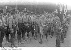 Gera.- Gautag der NSDAP Thüringens in Anwesenheit von Adolf Hitler, Hitler beim Abschreiten angetretener SS und SA-Verbände, Ernst Röhm rechts hinter Hitler