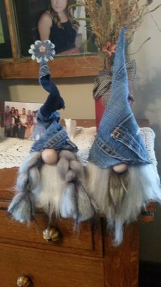 Ever since a visit to Denmark I really liked the Scandinavian Christmas gnomes (or tomte, nisse. Felt Crafts, Holiday Crafts, Fabric Crafts, Scandinavian Gnomes, Scandinavian Christmas, Christmas Gnome, Christmas Projects, Christmas Things, Christmas Holidays