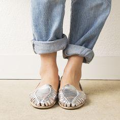 Onyva.ch / La Garconne Shoes #onyva #onlineshop #shoes #sandals #shoedesign #elegant #chic #switzerland #lagarconneshoes #vintage #summer #summershoes #summersandals #fashion #leather Elegant Chic, Huaraches, Summer Shoes, Switzerland, Designer Shoes, Shoes Sandals, Slippers, Detail, Leather