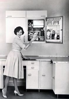 Decor 25 Vintage Photos Show What People Often Had in the Refrigerators From the and Vintage Fridge, Vintage Refrigerator, 1950s Interior, Interior Office, Interior Window Shutters, 1950s Decor, 1950s House, Mid Century Style, Throwback Thursday