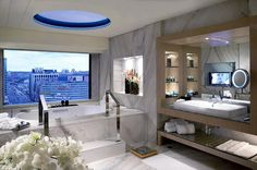 Sheraton Taipei Hotel—Presidential Suite - Bath with Skylight and City View プレジデンシャルスイートのバスルーム