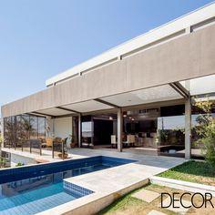 Propriedade de um casal apaixonado por seus cachorros, Casa Cerrado, assinada pelo escritório CoGa,  compreende ambientes em dois níveis que refletem o estilo de vida dos moradores.