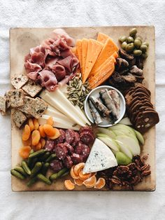 A Fall Harvest Board that's simple enough for anyone! Charcuterie Picnic, Charcuterie Recipes, Charcuterie Platter, Charcuterie And Cheese Board, Cheese Boards, Cheese Platters, Food Platters, Food Presentation, Food For Thought