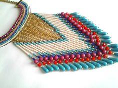 Máxi colar de franjas em miçanga e peças em dourado, prata e ouro velho. Peça exclusiva. R$ 220,00
