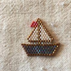 Un bateau sur l'eau sur un modèle de #karya_accessoires#miyuki #perlesandco #jenfiledesperlesetjassume #jenfiledesperlesetjaimeca #perlezmoidamour #brickstitch