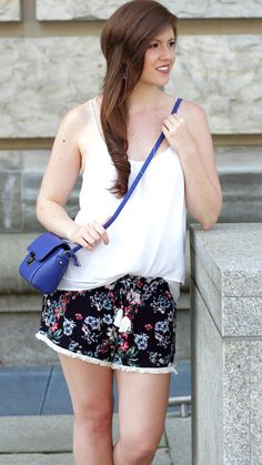 Shorts mit Blumenmuster | Flowers | blue | blau | weiß | Sommeroutfit | Fashion | Fashionblogger | Sommerlook | bag | blaue Tasche | outfit | Shorts | JustMyself