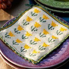 Söta solgula tulpaner pryder vårens grytlapp med vackert grön kant. Grytlappar stickade på rundsticka har blivit mycket populära i HJ. Här bjuder vi på en vårfin variant! Fair Isle Knitting Patterns, Knitting Charts, Crochet Potholders, Knit Crochet, Tea Cozy, Textiles, Double Knitting, Hobbies And Crafts, Doilies
