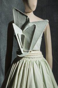 Hussein Chalayan, robe en faille de soie, toile de coton et tulle synthétique © Jean Tholance, Les Arts Décoratifs, Paris, collection Mode et Textile