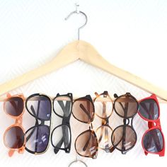 Easy DIY sunglasses holder - I would use a prettier or cooler hanger. Diy Box Organizer, Jewelry Organization, Sunglasses Organizer, Sunglasses Holder, Store Displays, Retail Displays, Ray Ban Sunglasses, Visual Merchandising, Cool Things To Make